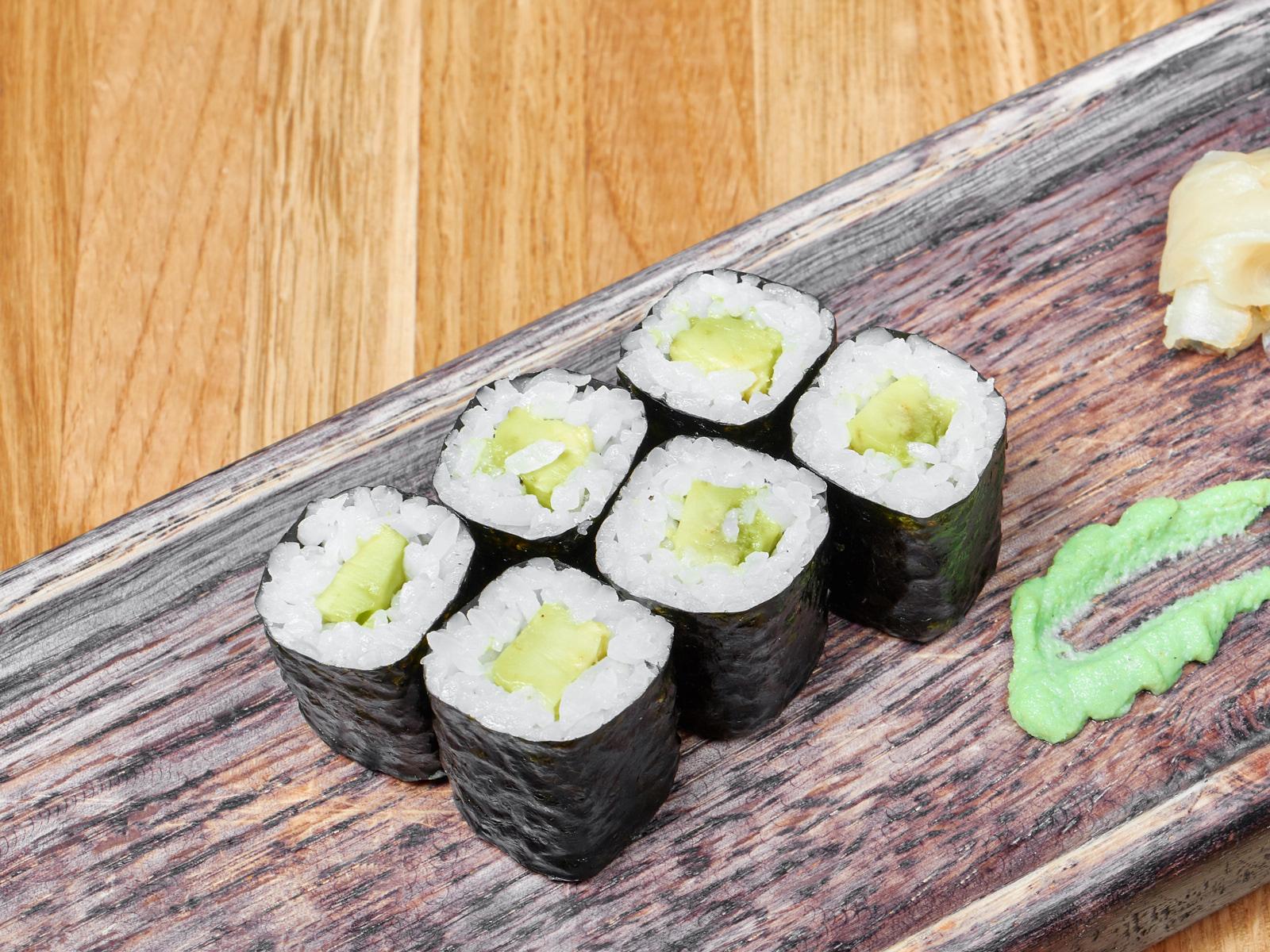 Ролл с авокадо, угрем и лососем