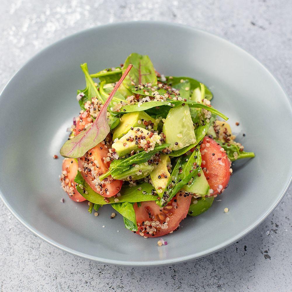Салат из авокадо с томатами, киноа и огурцом