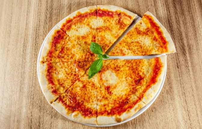 Пицца с томатным соусом, моцареллой и свежим базиликом