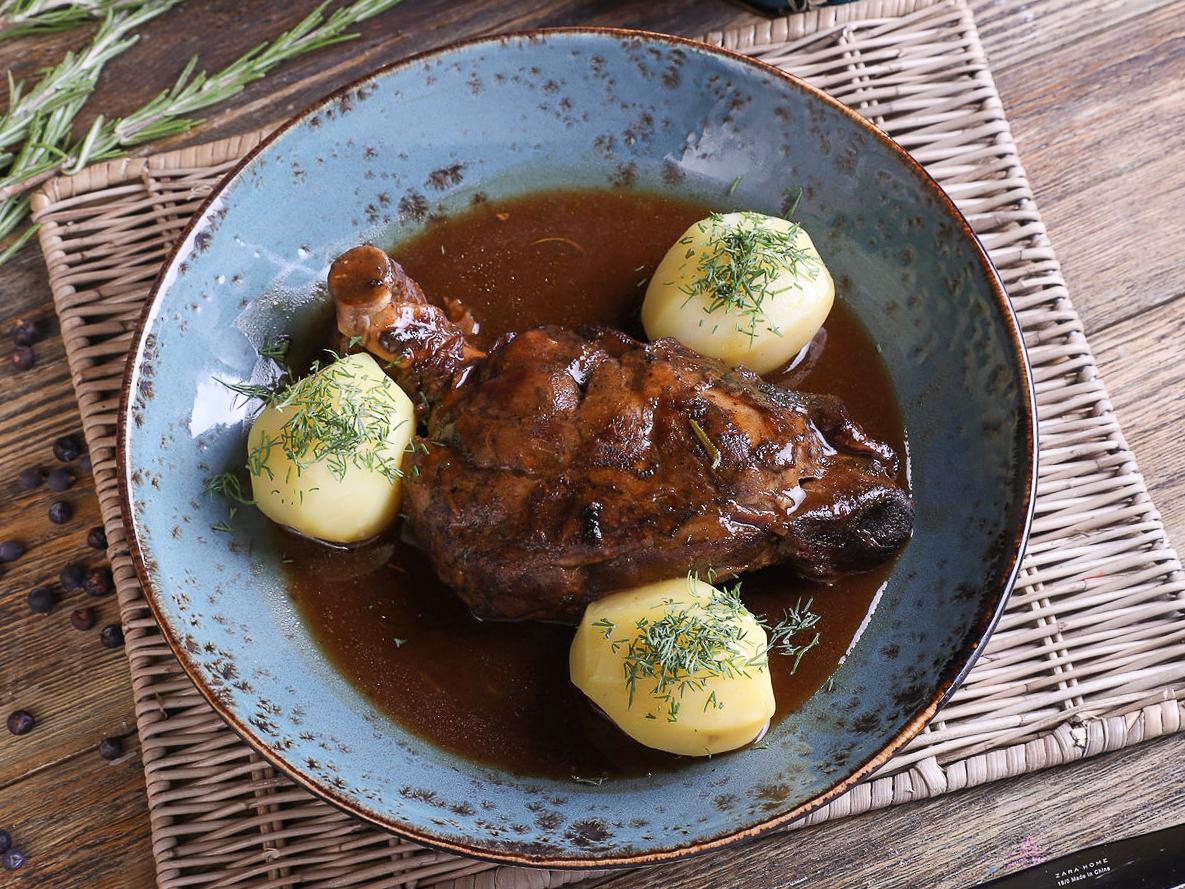 Пряный ягненок на косточке с картофелем
