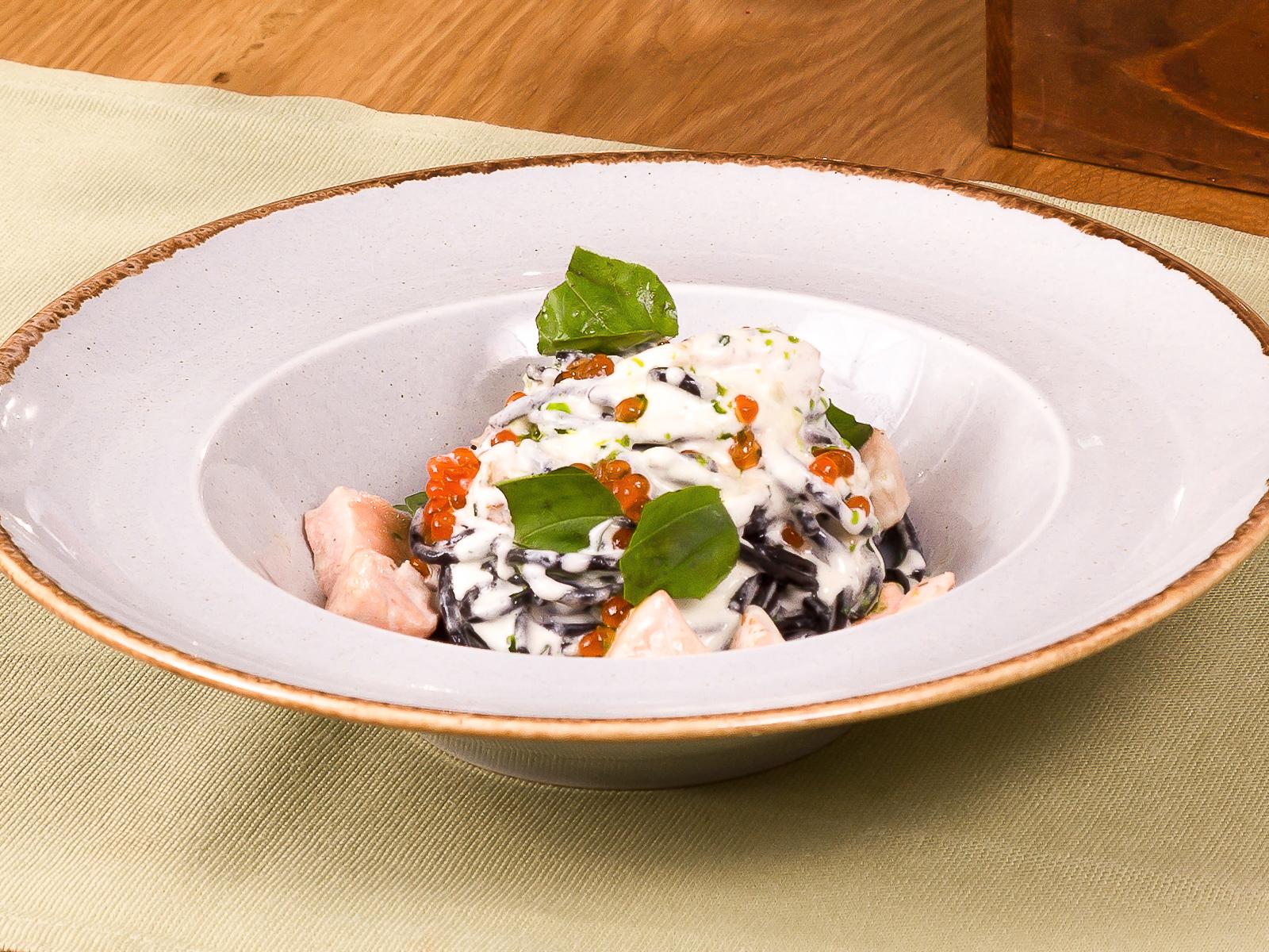 Черные спагетти с лососем и красной икрой