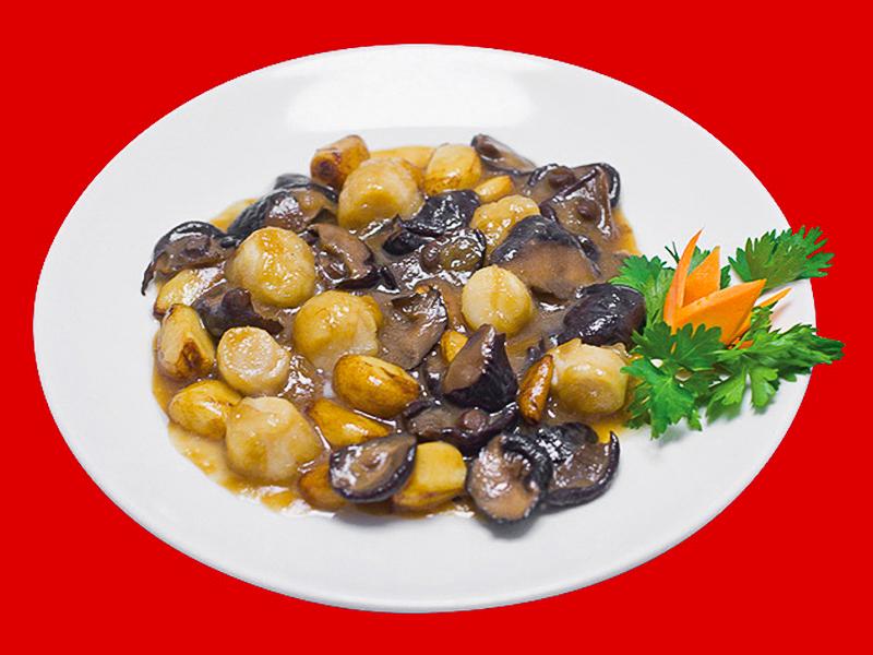 Морской гребешок с грибами сян-гу и чесноком