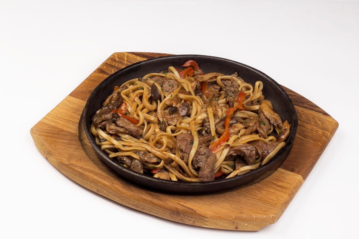 Лапша Удон с говядиной и устричными грибами