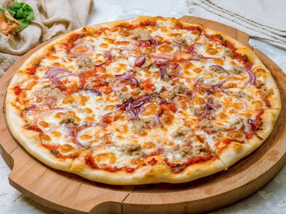 Пицца с тунцом и красным луком