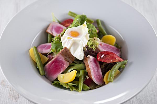Салат со спинкой тунца