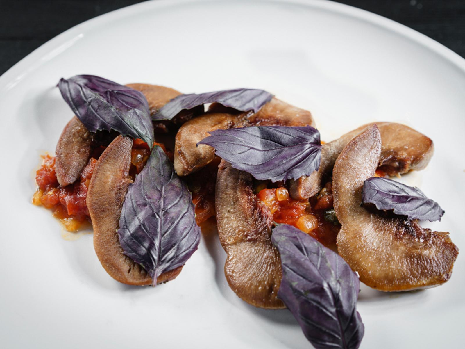 Бараньи языки на сладких помидорах