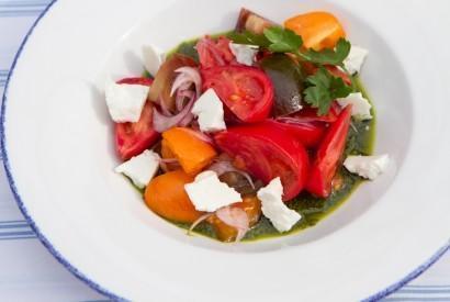 Салат из цветных помидоров с козьим сыром и песто из кинзы