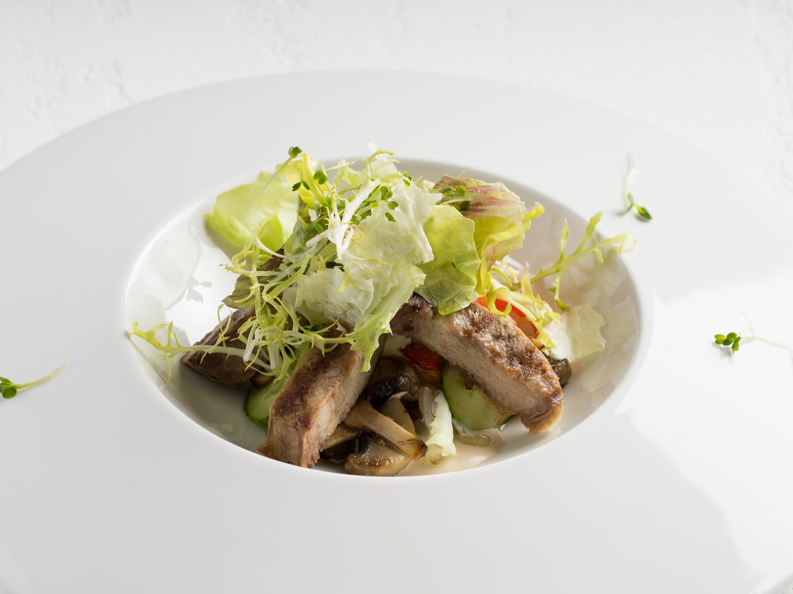 Салат из языка с печеным перцем и имбирным соусом