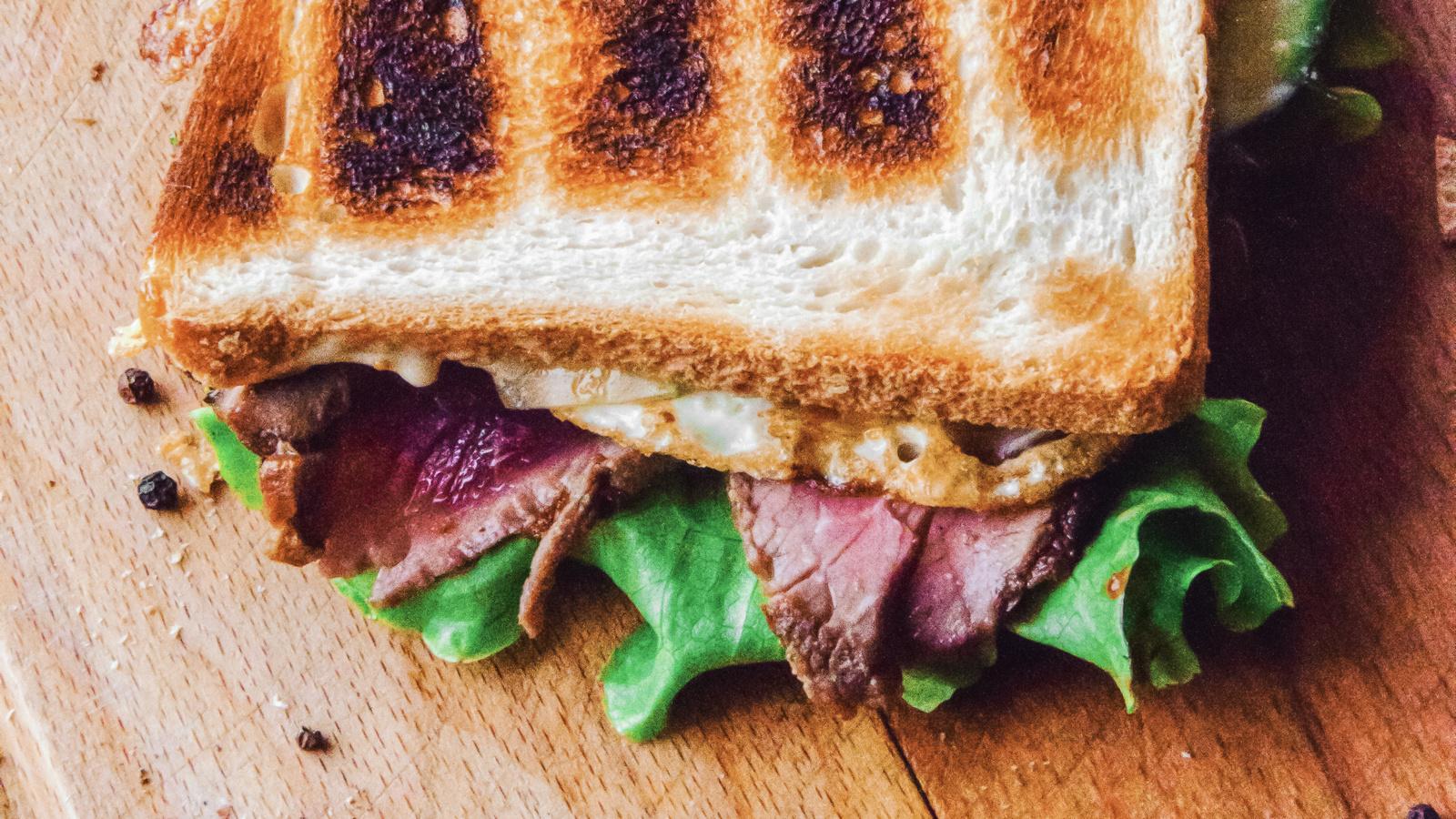 Сэндвич с ростбифом и яйцом