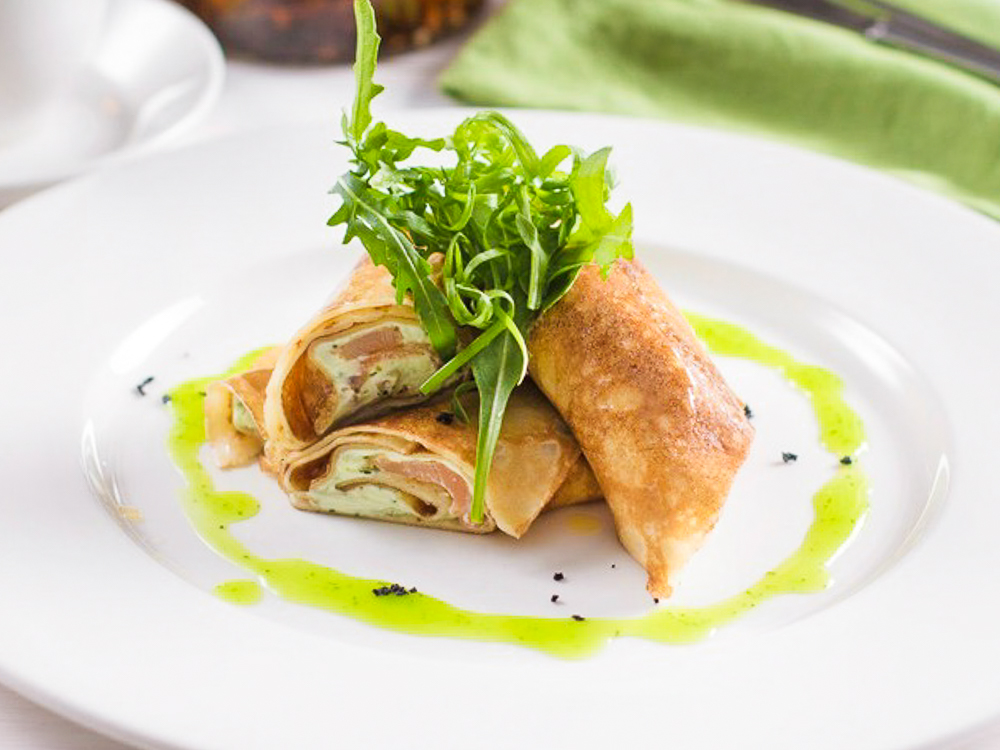Креп с лососем и итальянским творожным муссом