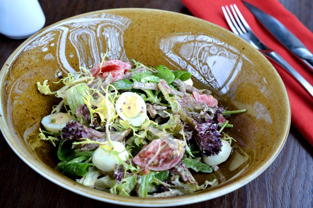 Микс салат с телячьим языком и перепелиным яйцом