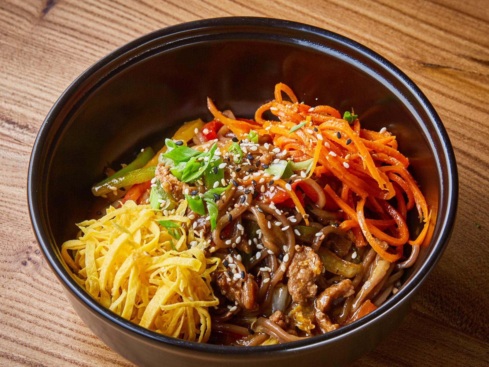 Гречневая лапша с говядиной, овощами и устричным соусом