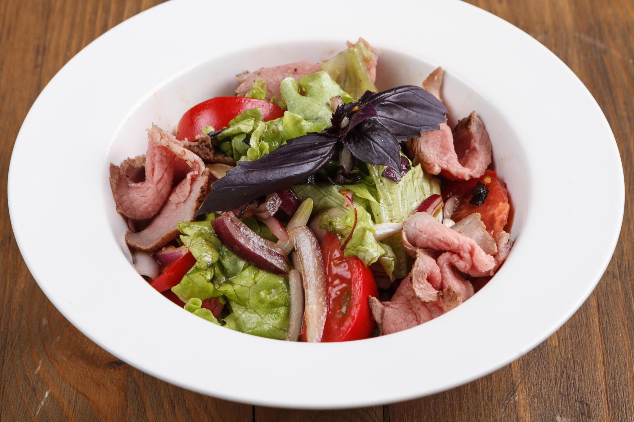 Зеленый салат с ростбифом и помидорами