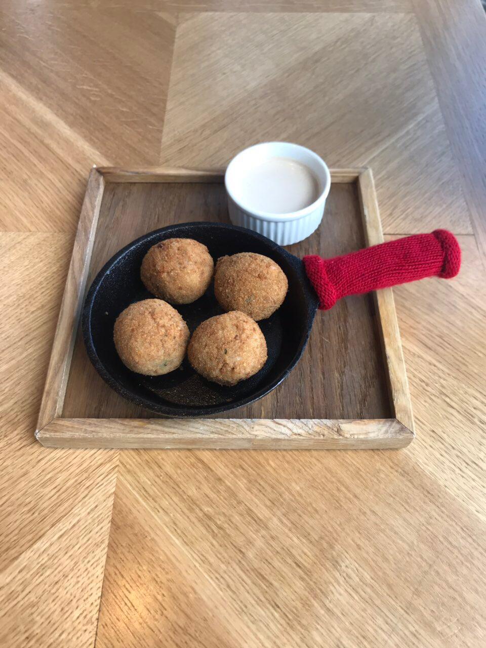 Хрустящие шарики из красной фасоли, с ореховым соусом