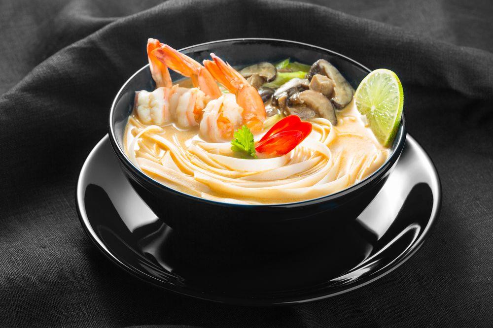 Кокосовый суп с рисовой лапшой и креветками