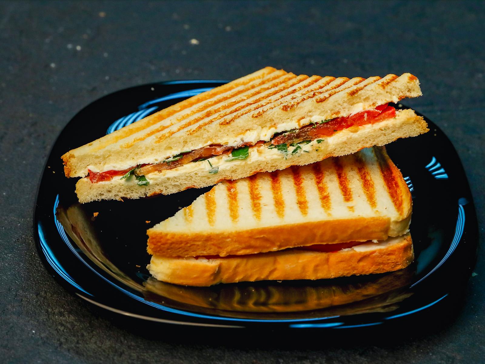 Сендвич с томатом и сыром