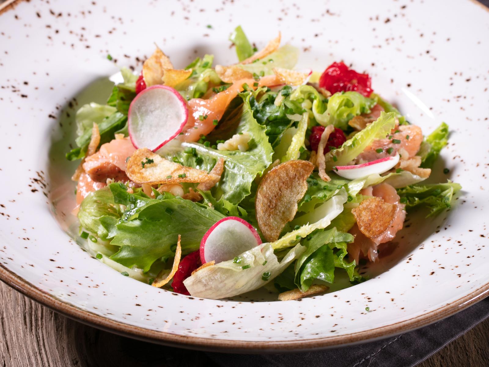 Свежий салат с подкопченной неркой