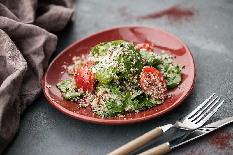 Салат с киноа, свежим шпинатом