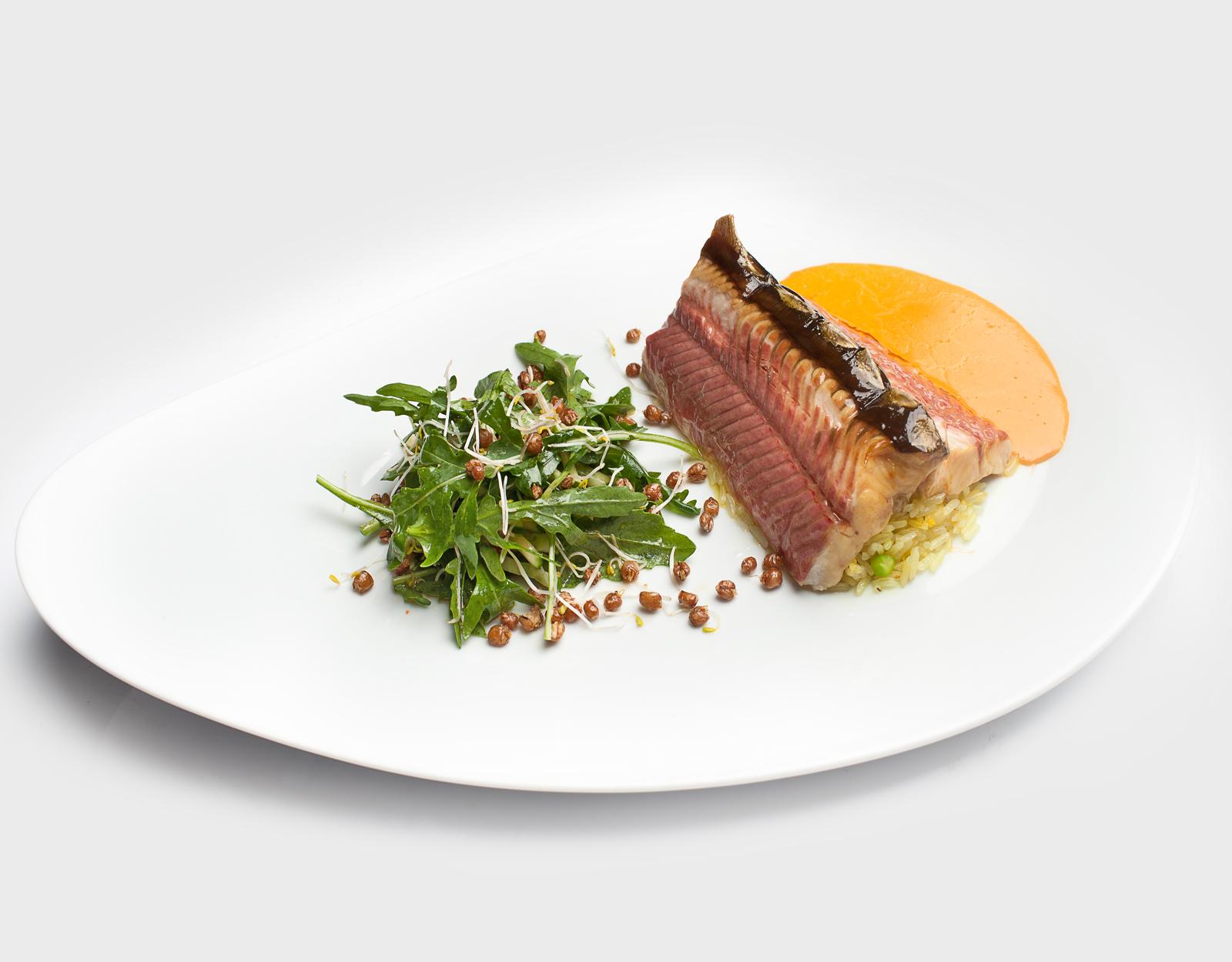 Стерлядь подкопченная на рисе с соусом биск