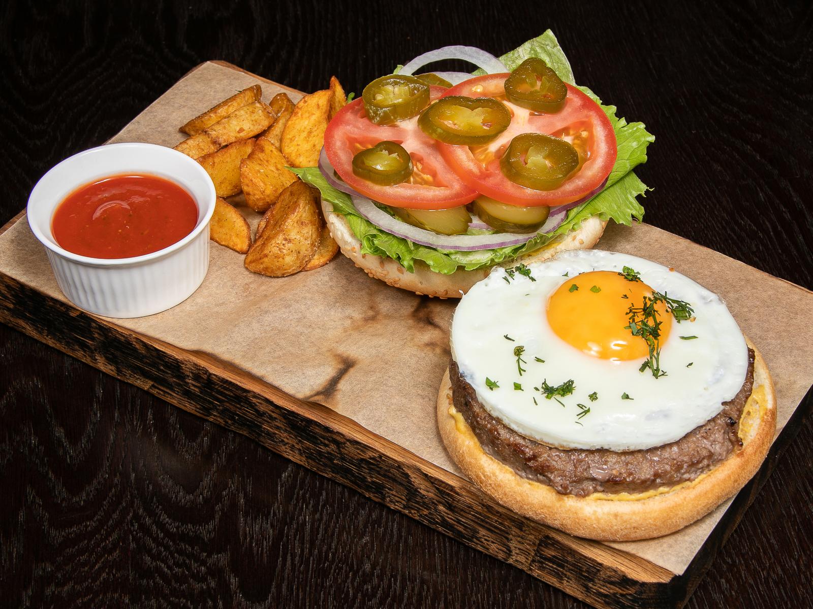 Открытый хаус-бургер с сыром чеддер