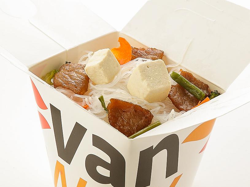 Рисовая лапша вок со свининой и сыром тофу в соусе
