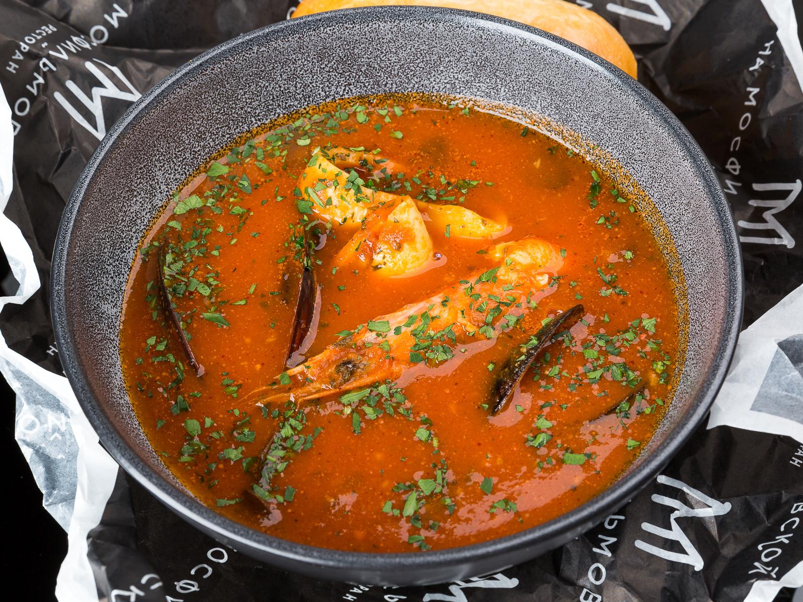 Густой томатный суп с морепродуктами и оливками