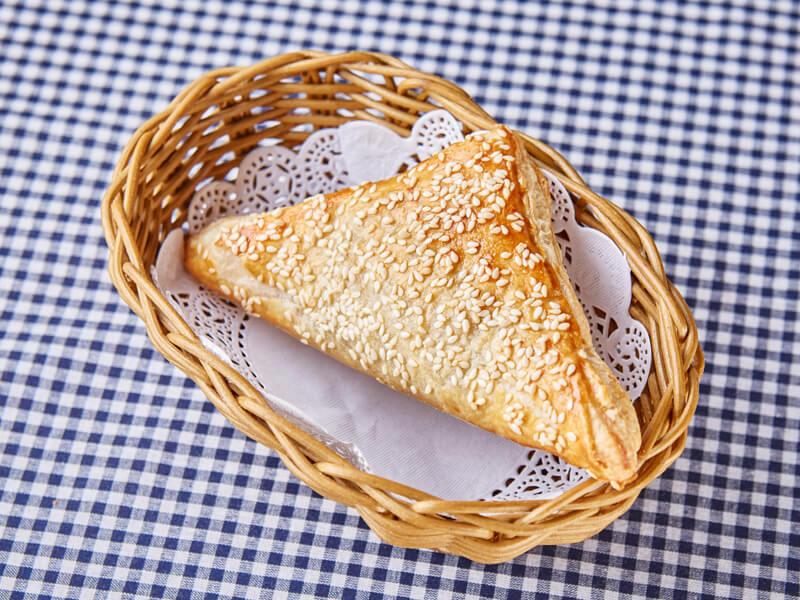 Слоеный пирожок с грибами