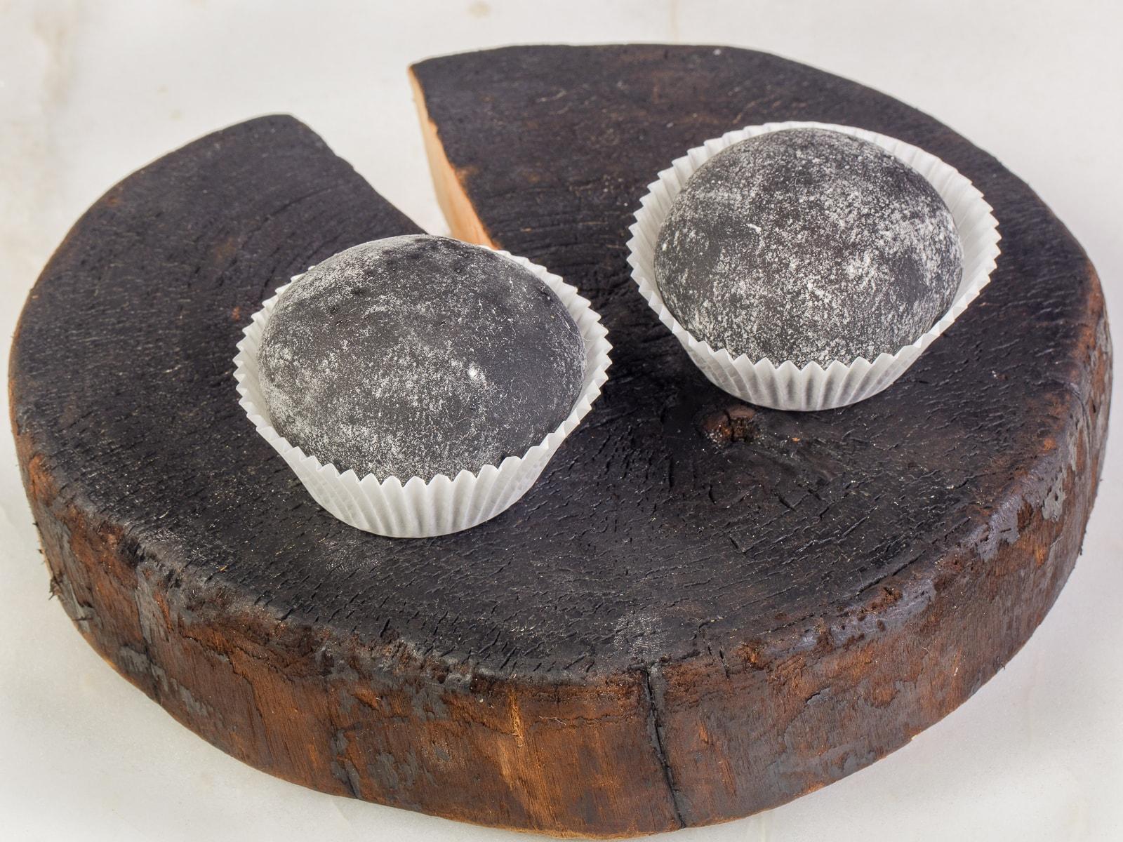 Черные Вагаси моти с карамелью