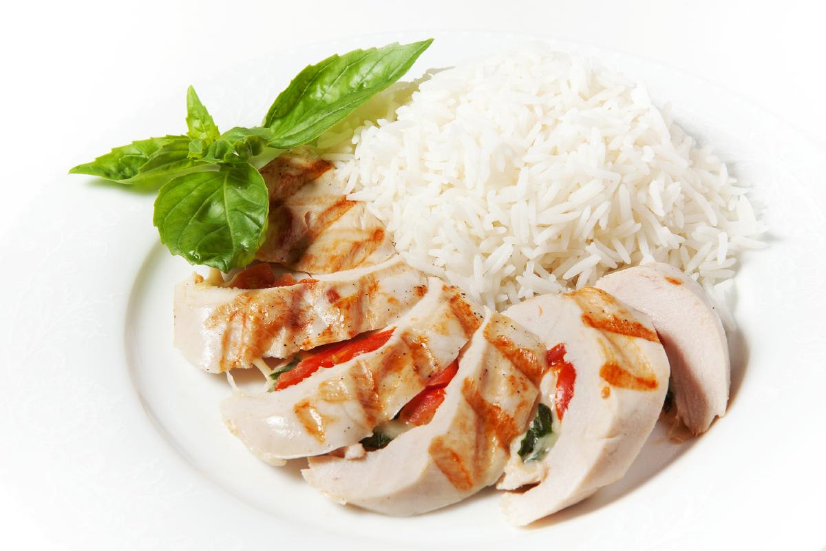 Куриное филе фаршированное томатами и базиликом с рисом