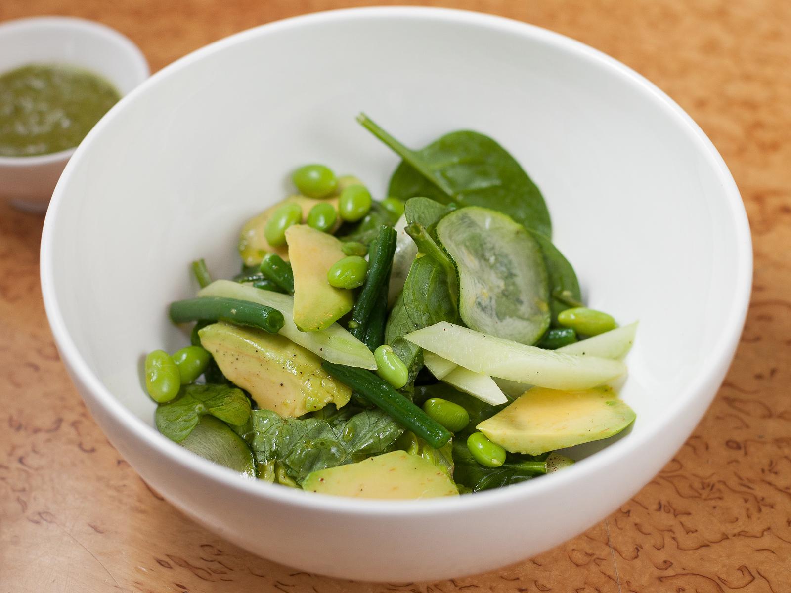 Зеленый салат с авокадо, молодым горошком, бобами эдамаме