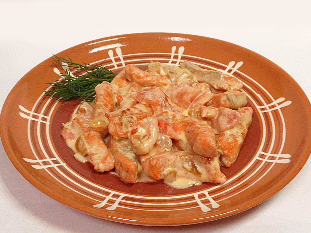 Ломтики лосося в сливочном соусе