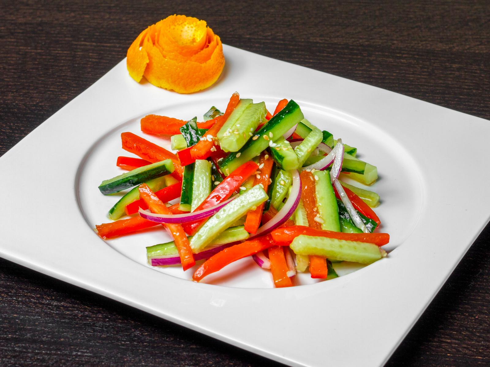 Салат из огурцов и паприки