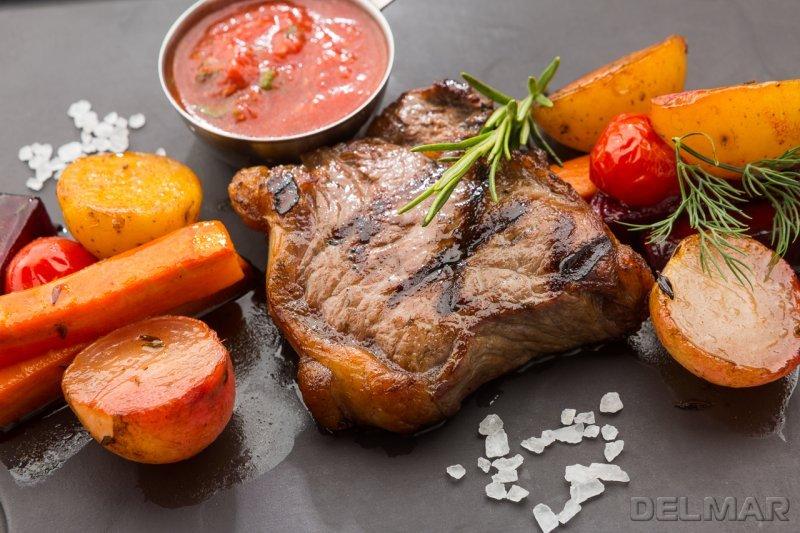 Мраморная говядина с припущенными овощами