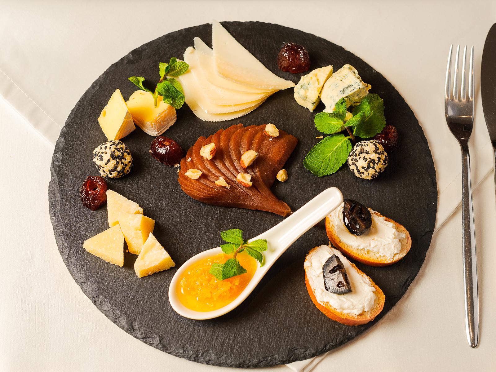 Сырная тарелка с медом в сотах и грушей в вине