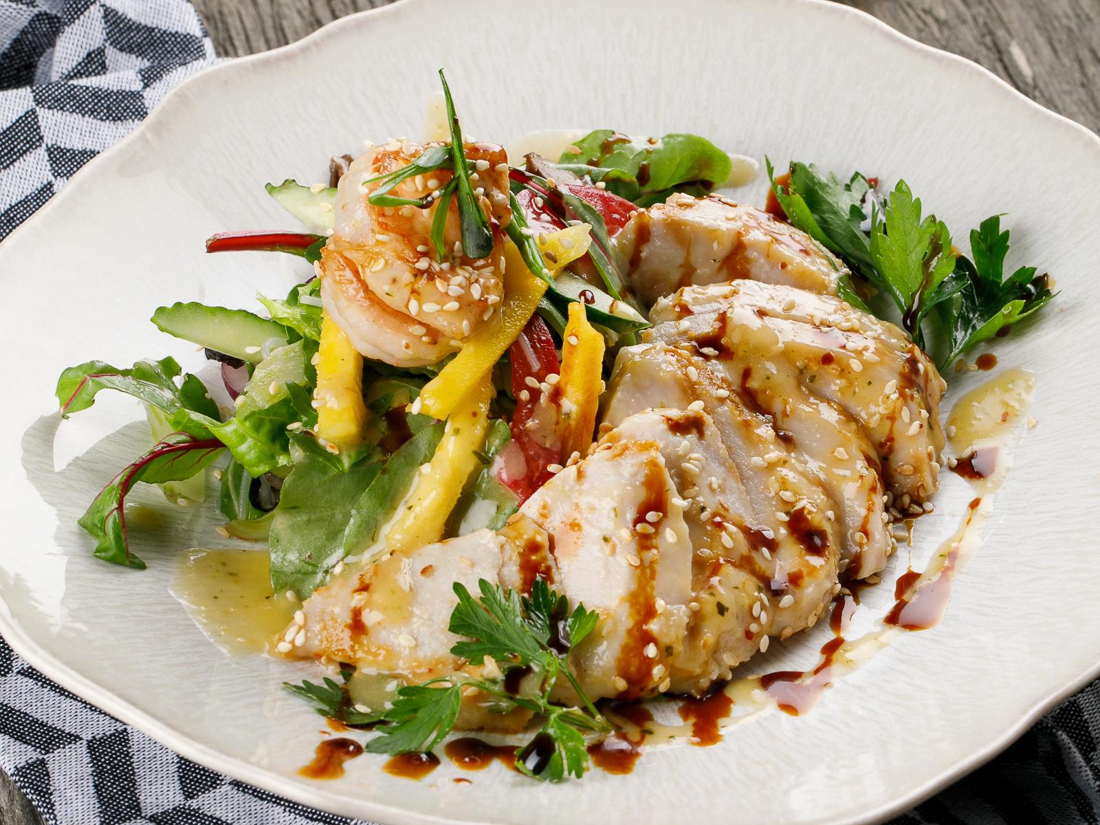 Тайский салат с куриной грудкой и креветками