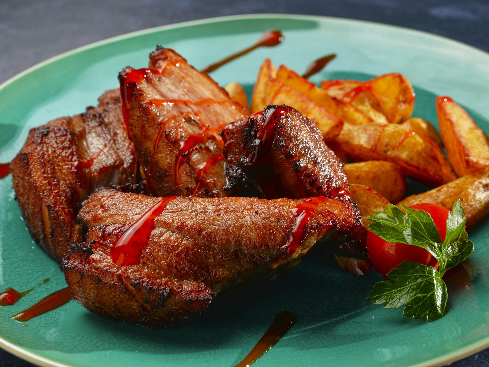 Ребра свиные с румяными картофельными дольками