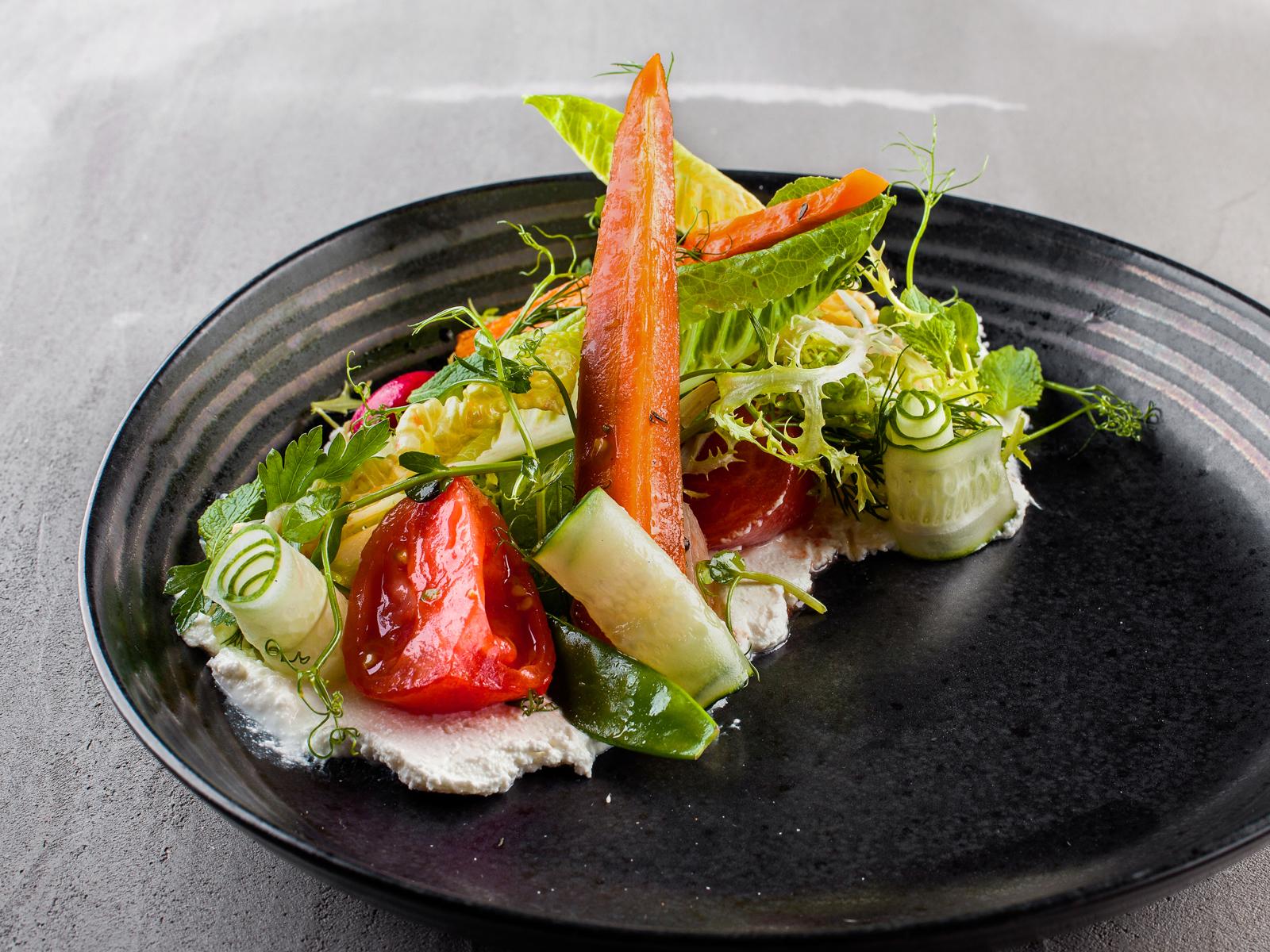 Салат из свежих овощей с творожным сыром