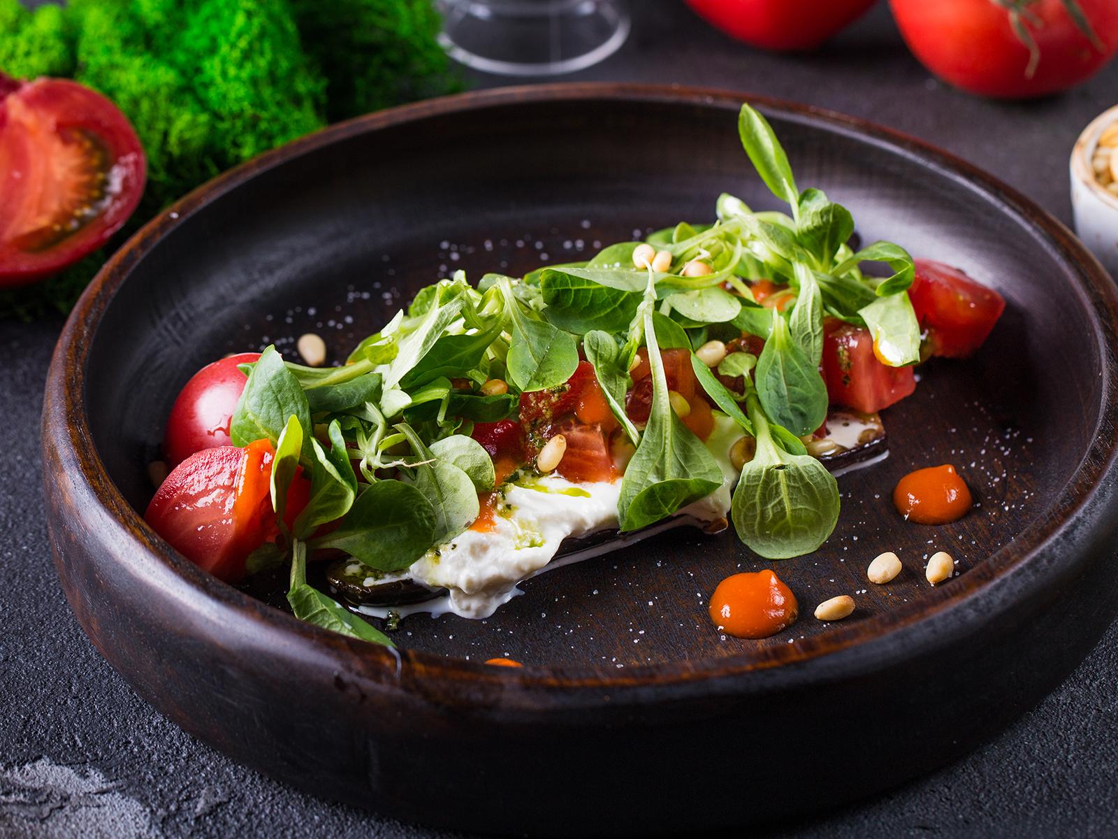 Салат со страчателлой и баклажанами
