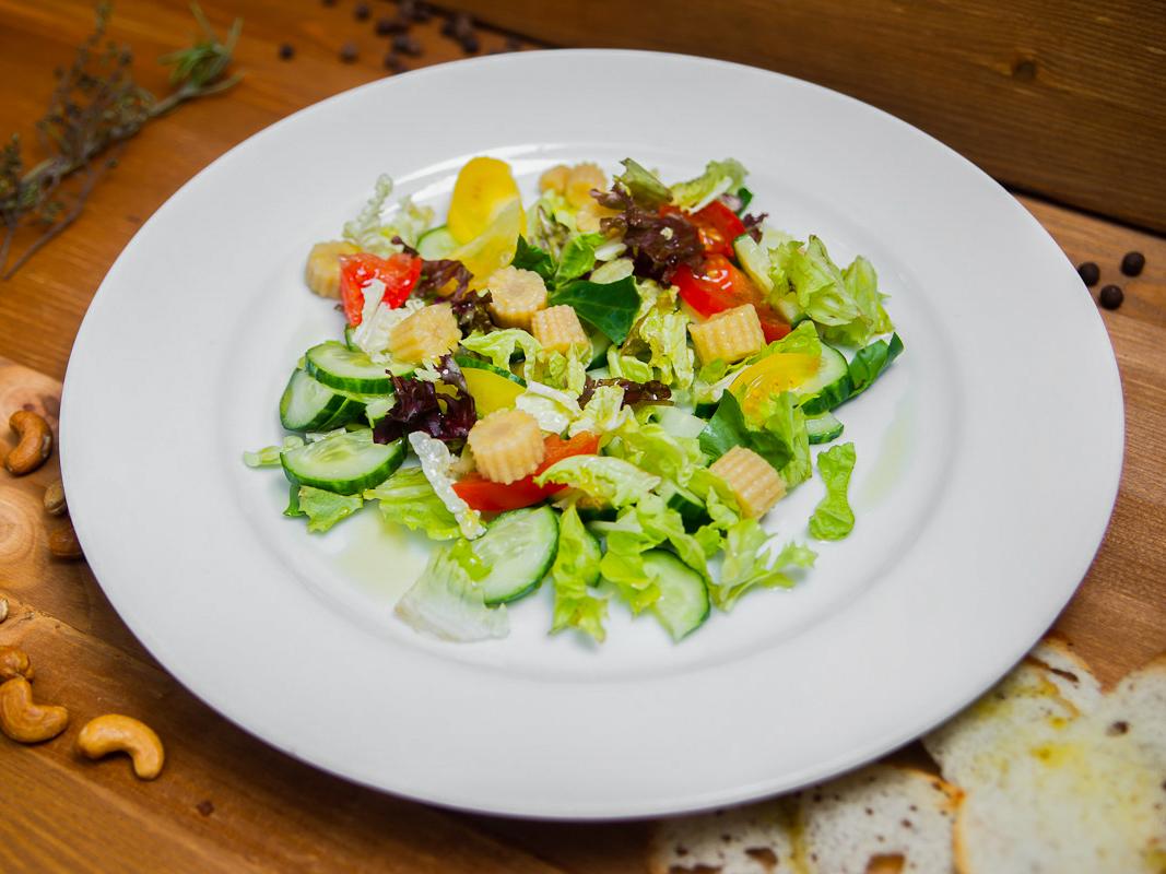 Салат овощной с початками молодой кукурузы