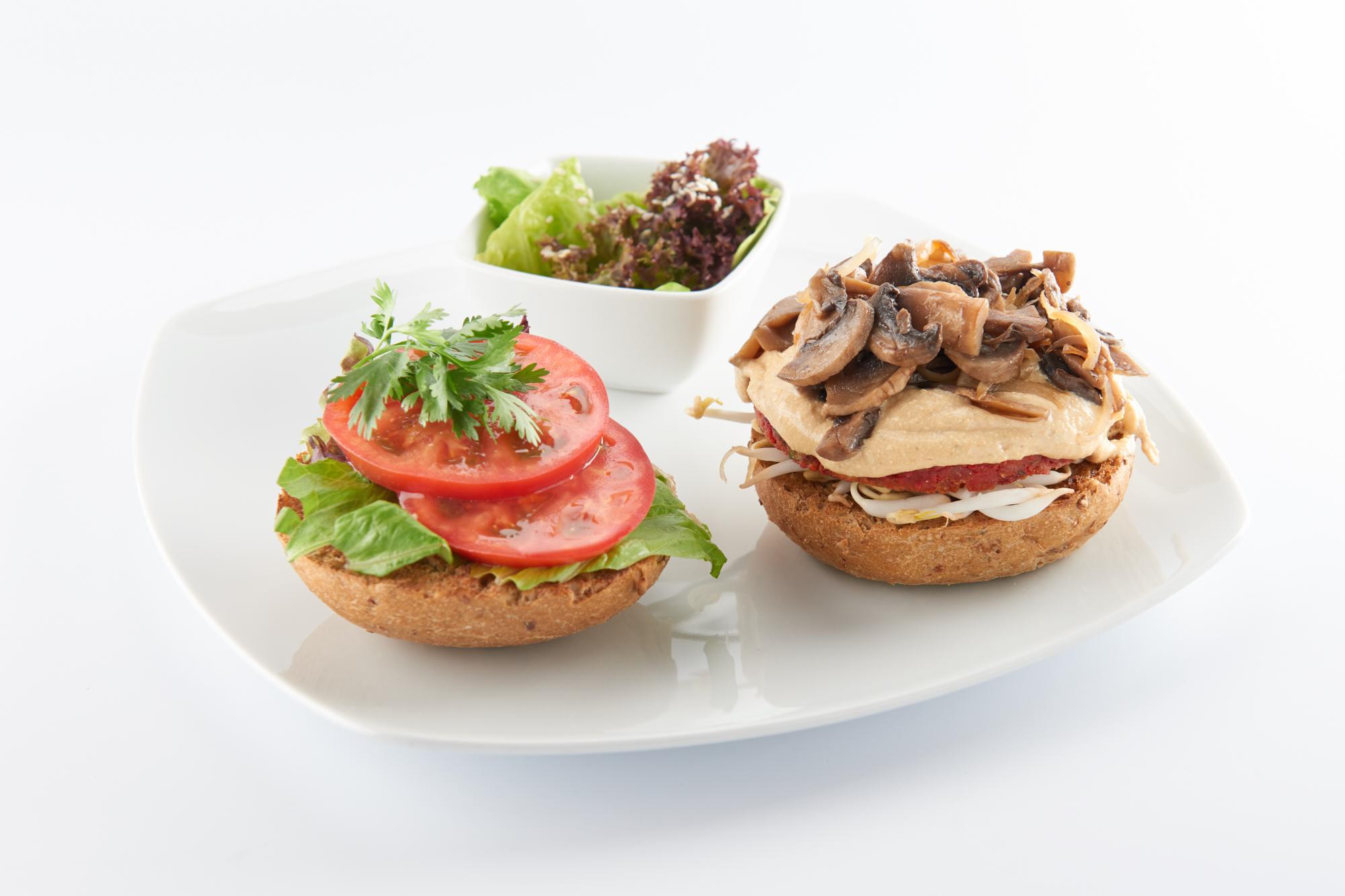 Бургер с луком и грибами