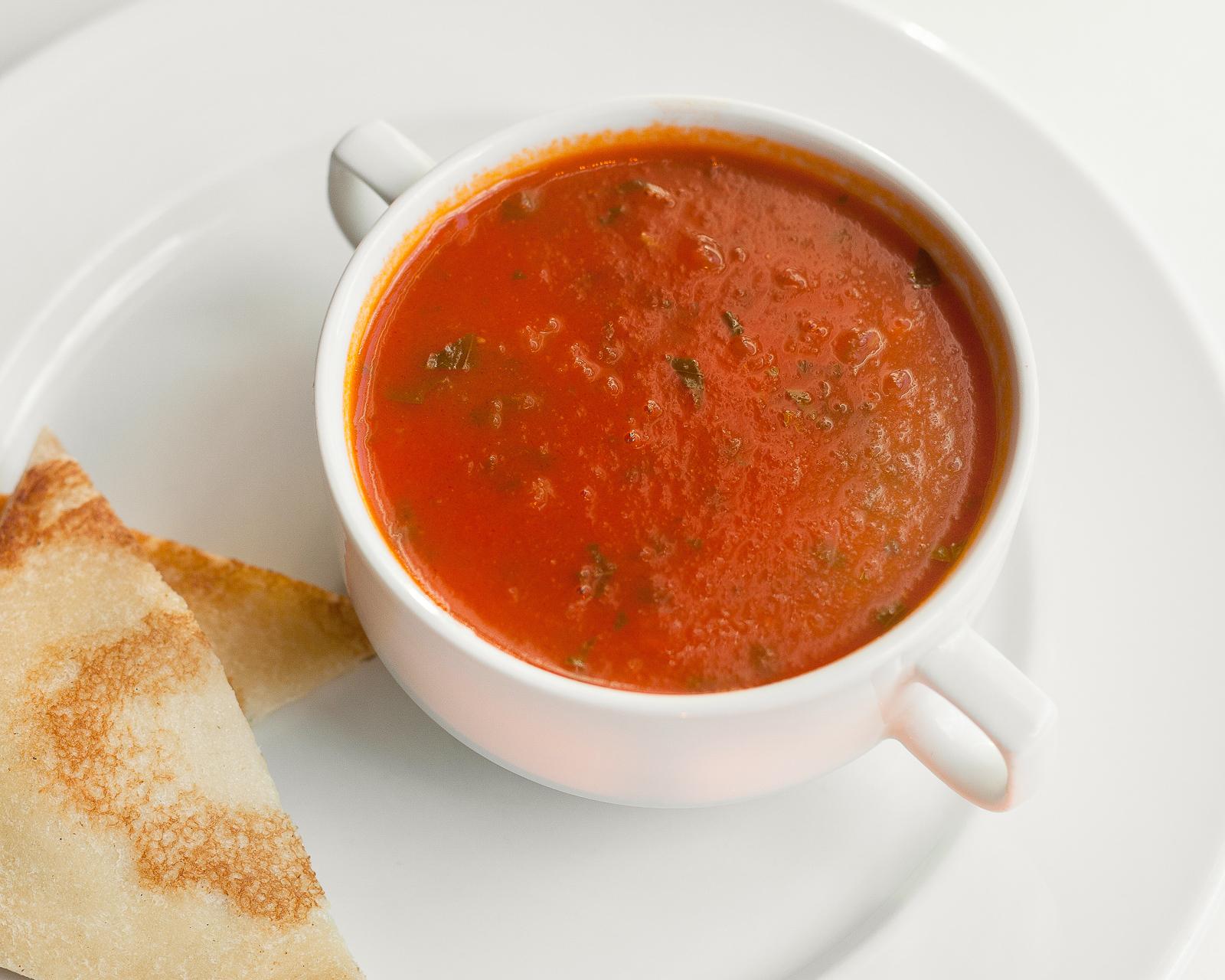 Томатный суп со свежим базиликом