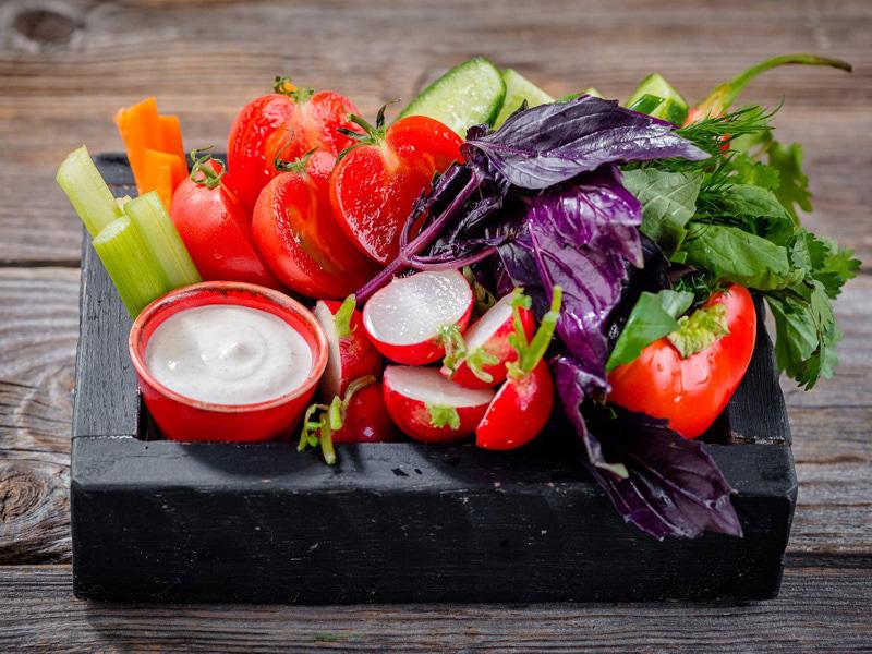 Ассорти из свежих овощей и трав