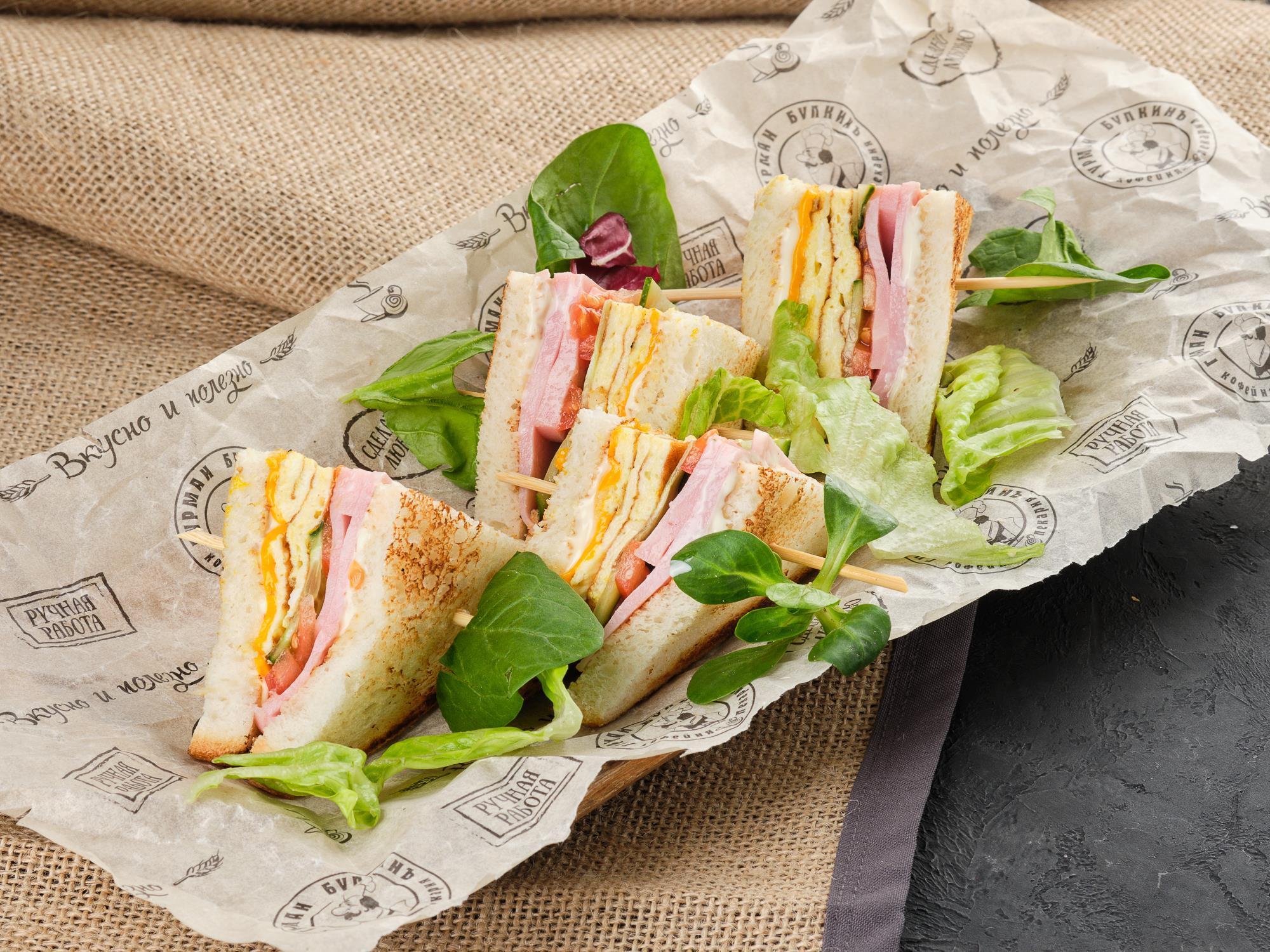 Клаб сэндвич с ветчиной и омлетом