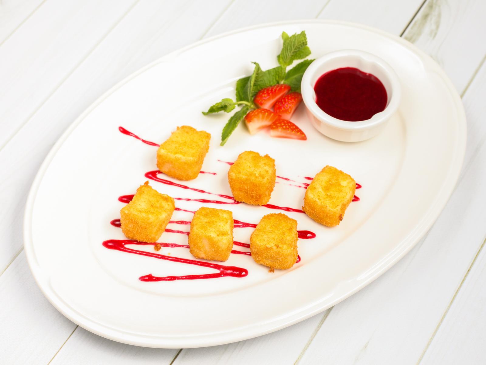 Жареный сыр камамбер с ягодным соусом