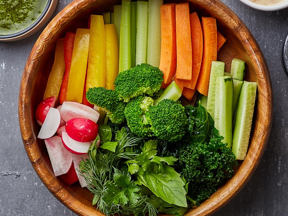 Raw овощи с тремя соусами