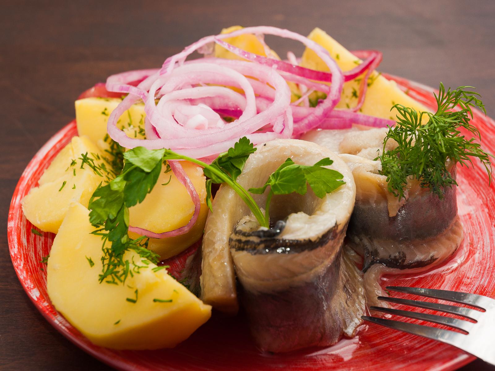 Сельдь с отварным картофелем и свежим луком