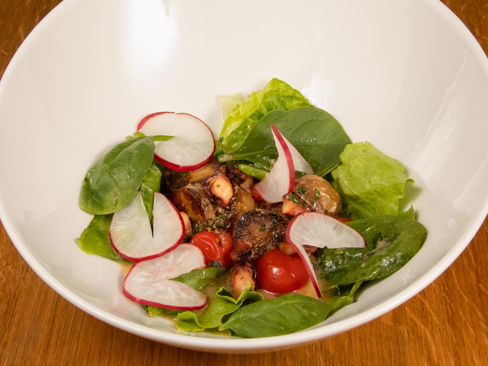 Теплый салат из осьминога