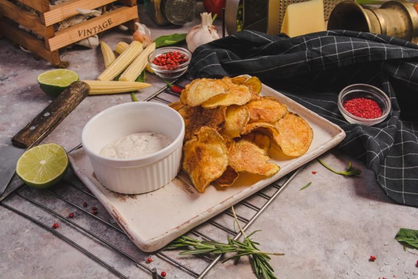 Домашние картофельные чипсы с чесночным соусом