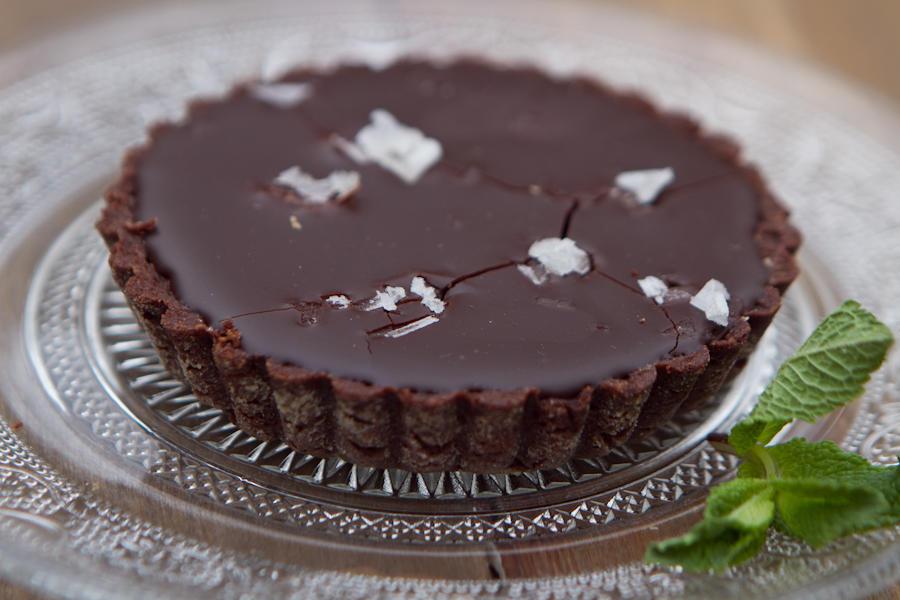Шоколадная тарталетка с солёной карамелью