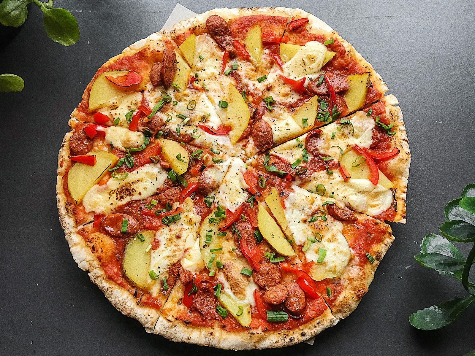 Пицца С немецкими колбаскамии печёным картофелем